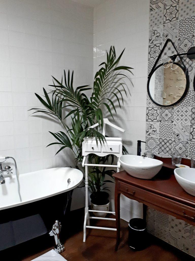 salle-de-bain-baignoire-ancienne-à-pieds-de-lion